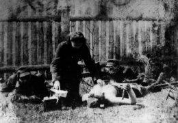 """Kwiecień 1945 r. Od lewej: Marian Łuszkiewicz """"Kmicic"""", Janina Martun-Litwinowicz """"Kroszka"""". Na wznak leży Jan Grzywacz """"Komar"""""""