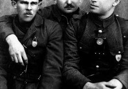"""Kwiecień 1945 r. od lewej: Witold Szalewicz """"Szczur"""", Kazimierz Kiedyk """"Klin"""", sierż. Władysław Janczewski """"Laluś"""", dowódca oddziału"""