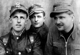 """Kwiecień 1945 r. Od lewej: Stanisław Ochwat """"Bąk"""", Jan Michniewicz """"Skowronek"""", Kazimierz Kiedyk """"Klin"""""""