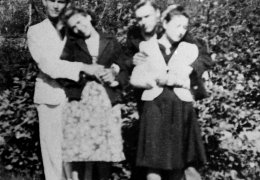 """Sierż. """"Laluś"""" (z prawej) z grupą młodzieży z placówki konspiracyjnej AK"""