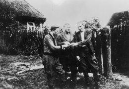 """Partyzanci bielskiego patrolu AKO ppor. """"Ostoi"""" na kwaterach. Od lewej: Ryszard Dybowski, NN, Paweł Kosk"""